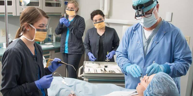 Bác sĩ bắt đầu phẫu thuật nhổ bỏ răng khôn