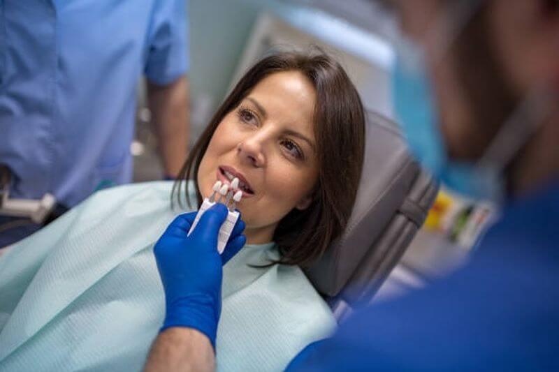 Bác sĩ sẽ gắn răng sứ lên cho khách hàng sau khi được thiết kế xong