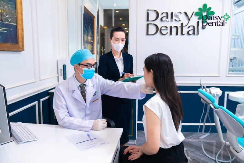 Bác sĩ đánh giá tổng quát mức độ xỉn màu của răng và tình trạng răng miệng của khách hàng
