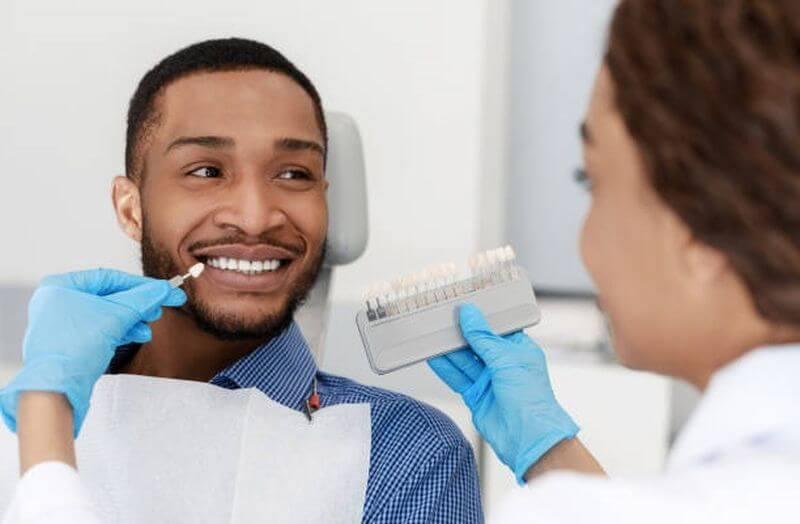 Bác sĩ sẽ đo màu sắc răng mong muốn của khách hàng