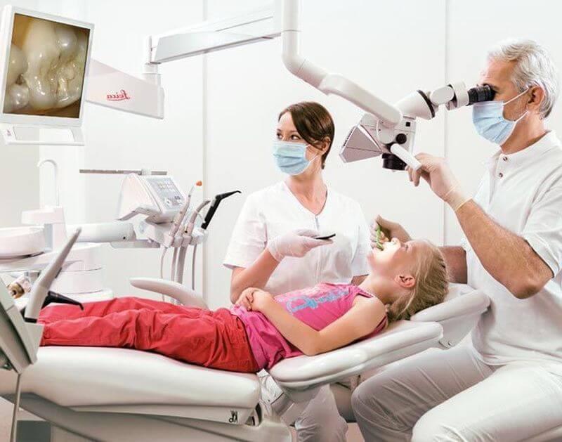 Bác sĩ khám lâm sàng và tư vấn phương pháp tẩy trắng răng thích hợp với tình trạng của khách hàng