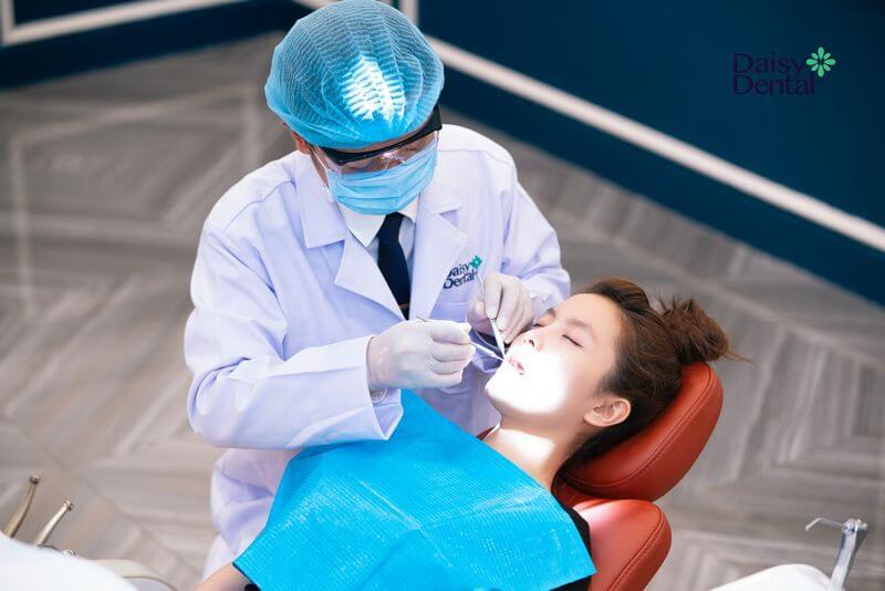 Bác sĩ khám tổng quát răng miệng để phát hiện và xử lý bệnh lý trước khi bọc răng sứ