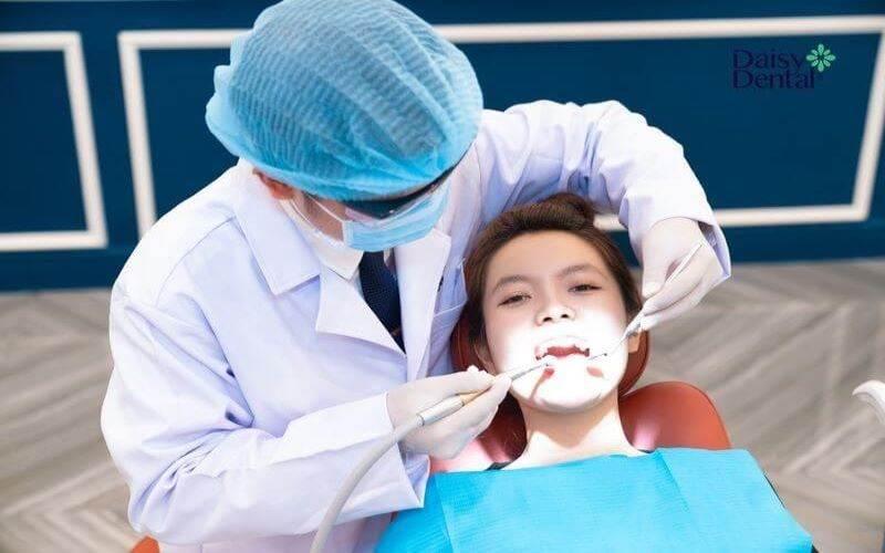 Bước 3: Tiến hành nhổ răng