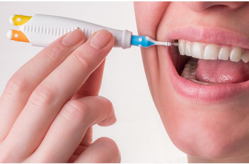 Bàn chải kẽ dễ dàng luồn vào giữa các mắc cài, các kẽ răng, khe nướu để làm sạch mảng bám
