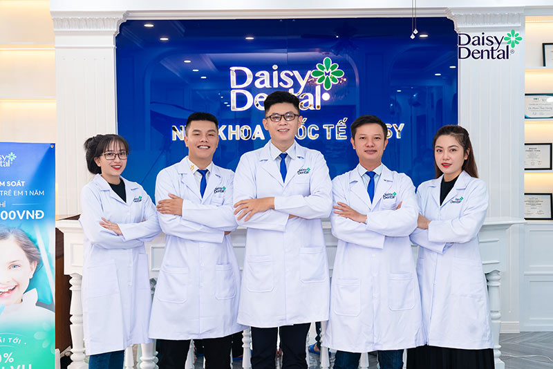 Nha khoa Daisy quy tụ đội ngũ bác sĩ chuyên khoa giỏi và có nhiều năm kinh nghiệm điều trị tủy răng