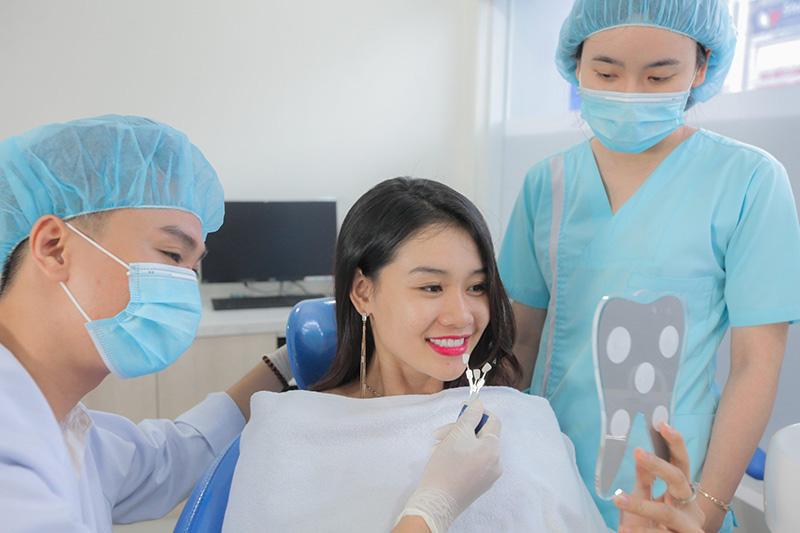 Bác sĩ dán sứ Veneer lên răng cho khách hàng bằng kỹ thuật nha khoa hiện đại, mang lại nụ cười cân đối và tỏa sáng