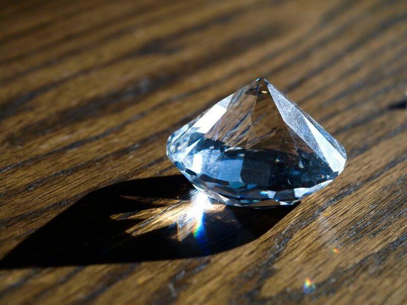 Đá đính răng nhân tạo có chi phí rẻ hơn và không khác gì kim cương thật