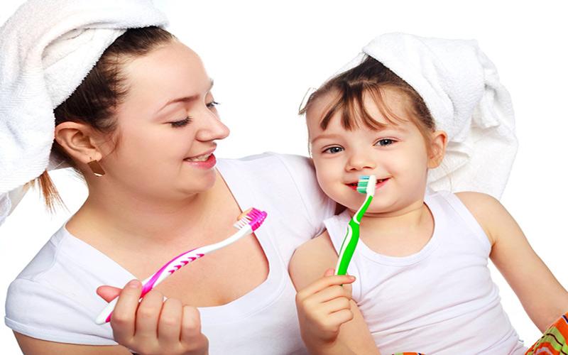 <em>Hướng dẫn trẻ vệ sinh răng miệng đúng cách để phòng sâu răng ở trẻ</em>