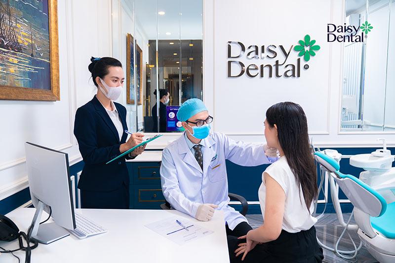 Khách hàng sẽ được bác sĩ khám tổng quát tình hình sức khỏe răng miệng