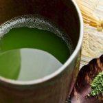 Giã nát lá bàng với ½ thìa muối để tạo ra nước cốt lá bàng