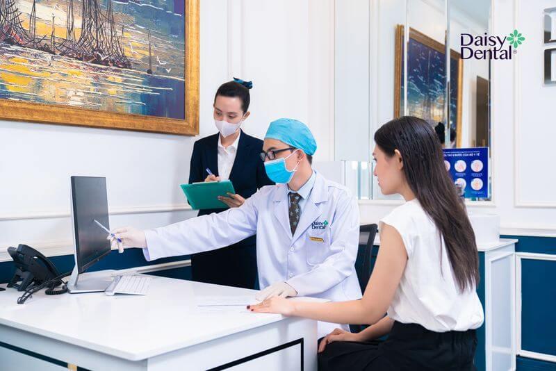 Bác sĩ đưa ra phát đồ và chi phí điều trị phù hợp cho khách hàng