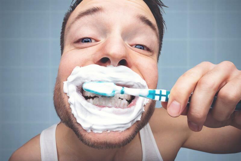 Nên đánh răng từ 2-3 lần 1 ngày sau khi niềng răng
