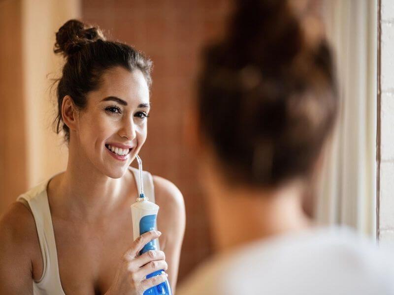 Dùng tâm nước để loại bỏ nhanh các mảng bám cứng đầu quanh mắc cài hoặc kẽ răng