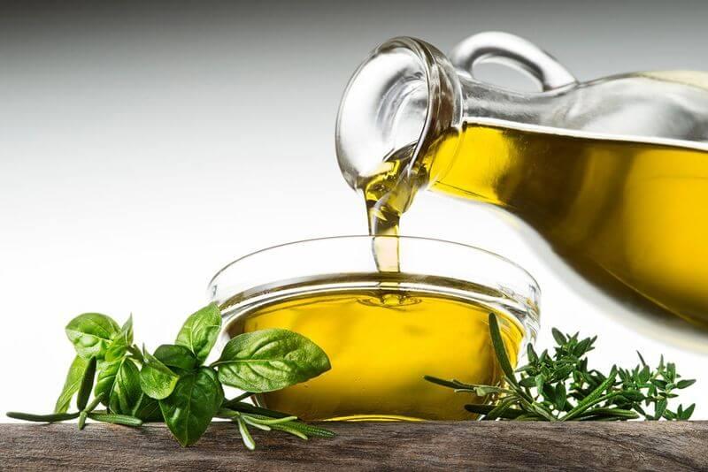 Súc miệng trực tiếp bằng dầu oliu giúp hạn chế sự phát triển của vi khuẩn trong khoang miệng
