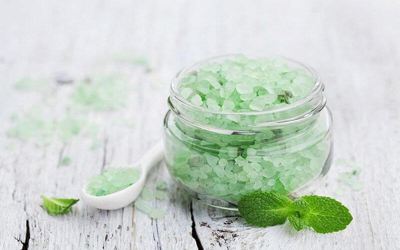 Bạc hà khi kết hợp với muối sẽ có tác dụng làm trắng răng và cải thiện hơi thở có mùi